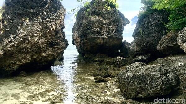 Jejeran batu karang yang berada di sekitar kawasan wisata Pantai Labuang. (Abdy Febriady/detikTravel)