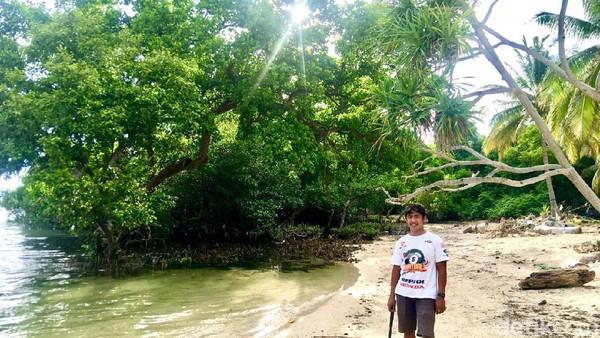 Salah seorang pengunjung berfoto di dekat hutan mangrove yang berada di sekitar kawasan wisata pantai labuang (Abdy Febriady/detikTravel)