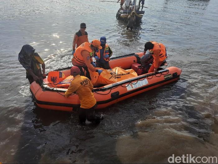 Sesosok mayat pria ditemukan terapung di perairan Situbondo. Jasad itu terombang-ambing ombak pada jarak sekitar 1,5 mil dari bibir Pantai Pathek, Kecamatan Panarukan.