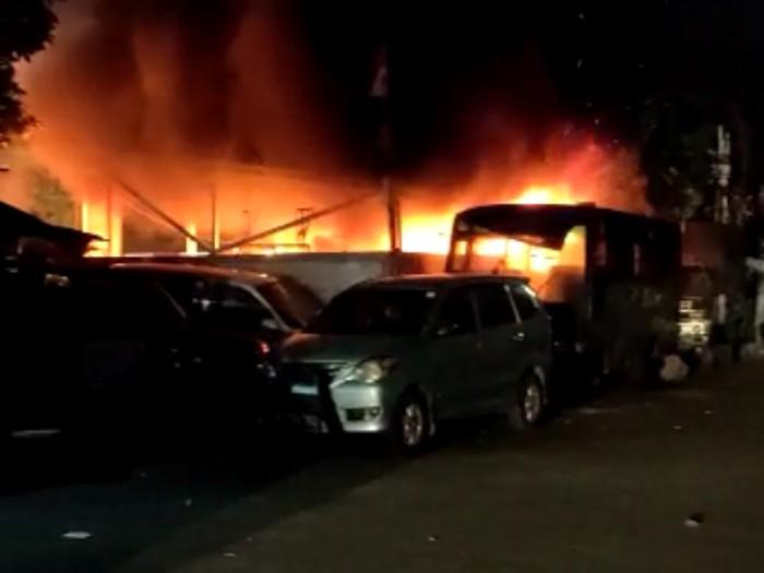 Sekelompok orang tak dikenal merusak dan sejumlah fasilitas di markas Kepolisian Sektor Ciracas, Jakarta Timur, pada Sabtu dini hari (29/8). Pengrusakan juga mereka lakukan pada sejumlah kendaraan yang ada di lokasi.