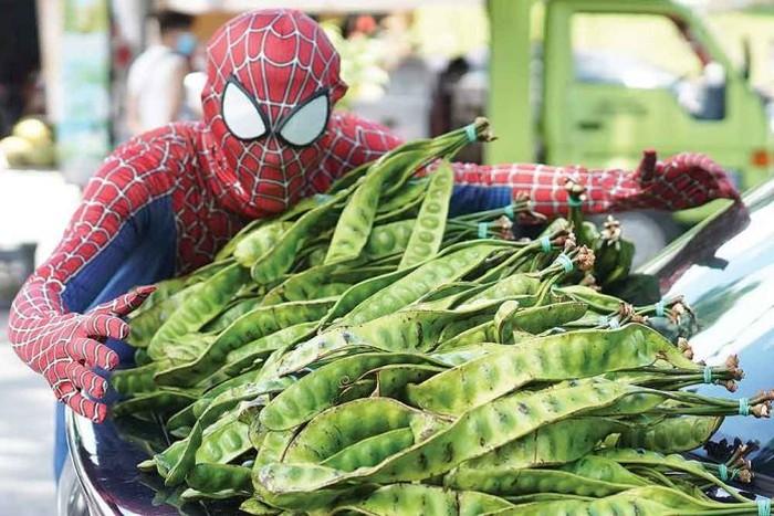 Spider-Man Ini Setiap Hari Jualan Petai di Pasar