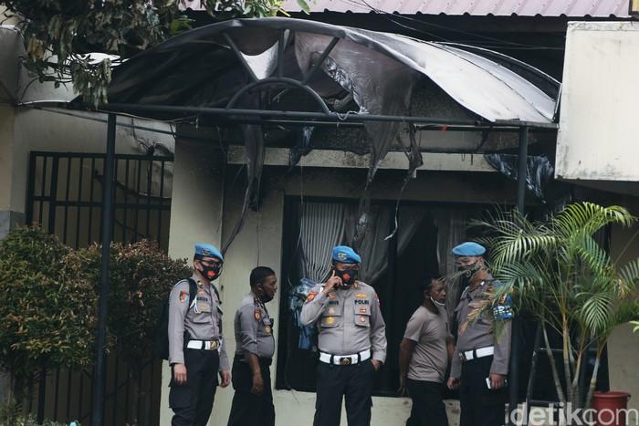 Polsek Ciracas, Jakarta Timur (Jaktim), dirusak sejumlah orang pada dini hari tadi. Berikut foto-foto suasana terkininya.