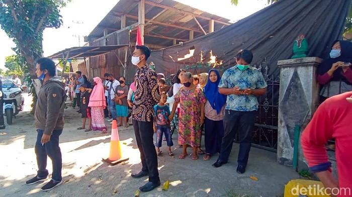 Warga menunggu Presiden Joko Widodo berziarah di makam orang tuanya.