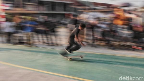 Selain Jakarta, Bekasi juga punya skatepark yang kerap jadi tempat latihan para anak muda yang memiliki minat pada dunia papan luncur ini. Sebelum pandemi COVID-19 melanda, Skate Eternal Park di Tambun Selatan, Bekasi, kerap jadi tempat berkumpul untuk bermain skateboard bersama. (Rafida Fauzia/Detikcom)
