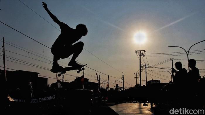 Sejumlah pemain Skateboard bermain di Skate Eternal Park, Tambun Selatan, Bekasi (30/8/2020).
