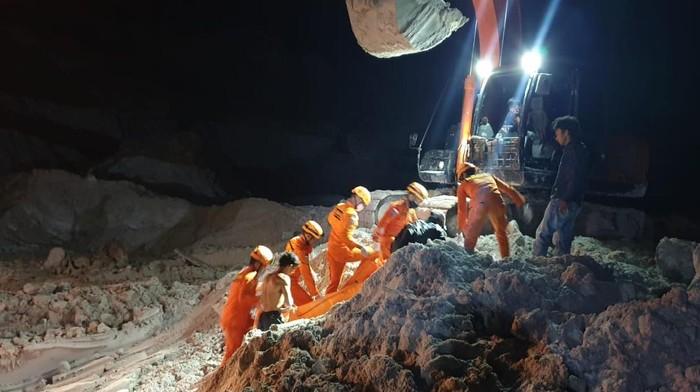 Evakuasi penambang timah yang tewas tertimbun longsor di Babel (Dok. Basarnas)
