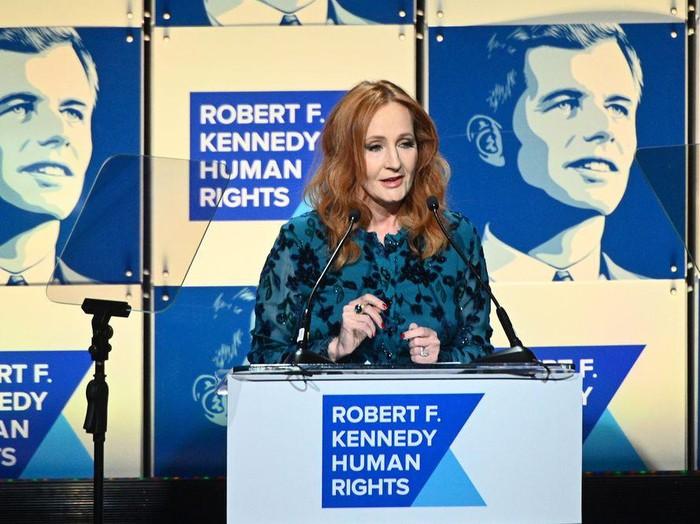 JK Rowling saat menerima penghargaan HAM di New York pada 2019 lalu.