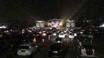 Riuh Klakson Mobil Sambut Drive-in Konser Kahitna