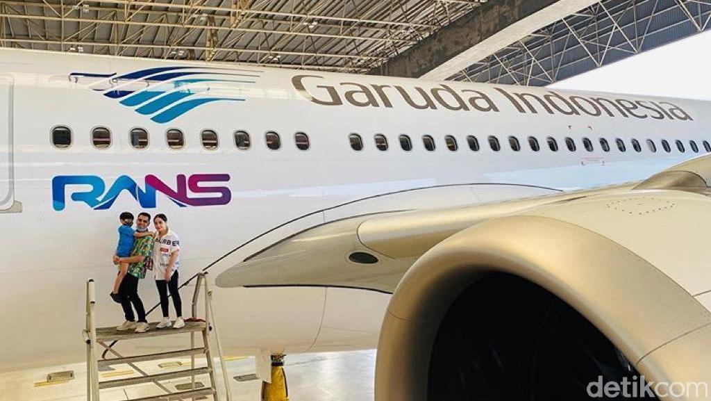 Potret Raffi Ahmad-Nagita Slavina Mejeng di Depan Pesawat dengan Logo RANS