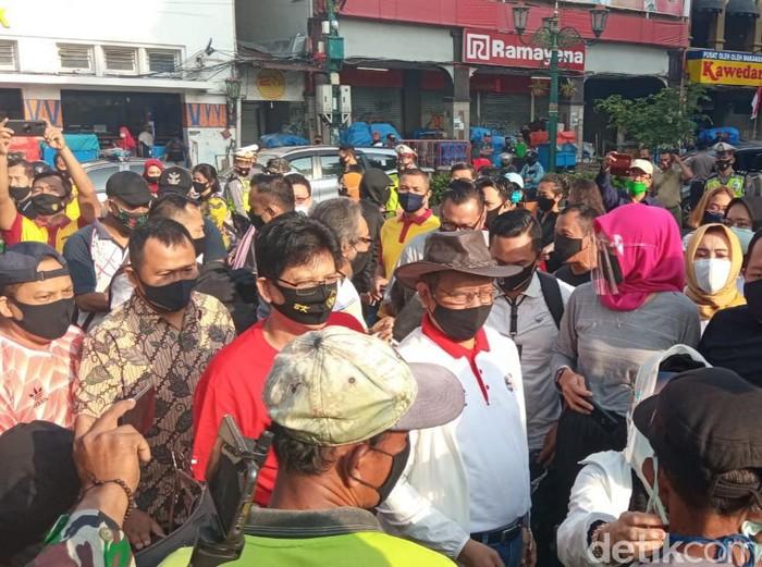 Mahfud MD bagi-bagi masker di Malioboro,Yogyakarta, Minggu (30/8/2020).