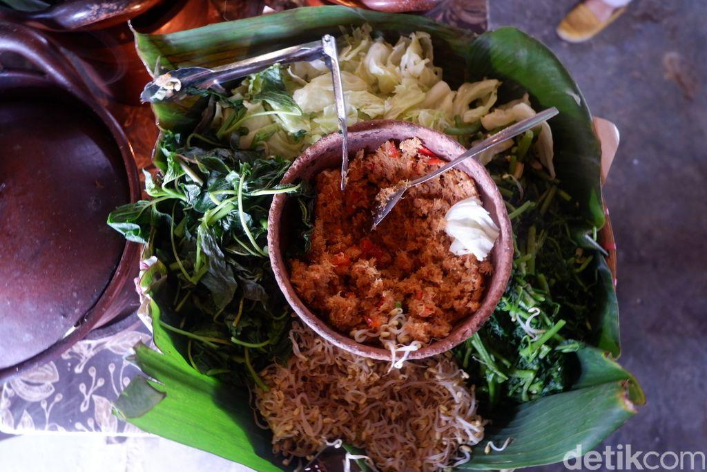 Makan Nasi Urap di Tepian Sawah yang Sejuk
