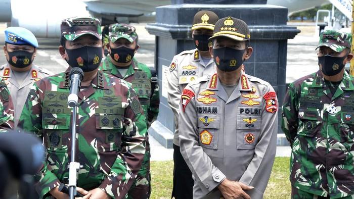 Panglima TNI Marsekal Hadi Tjahjanto berikan keterangan terkait kasus perusakan Polsek Ciracas, Jaktim. Keterangan itu disampaikan di hadapan awak media.
