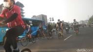 Satpol PP Razia 8 Pesepeda Tak Bermasker di Jakpus, Sanksi Nyapu Jalan