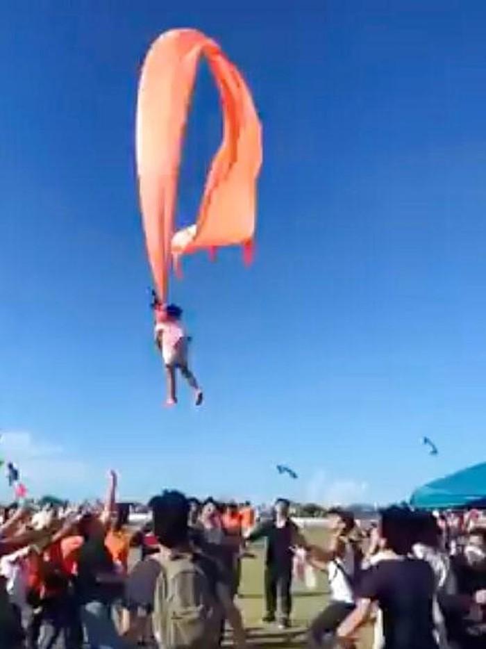 Seorang bocah dilaporkan selamat usai tersangkut tali layang-layang dan sempat terbawa angin. Kejadian itu terjadi di tengah acara festival layang-layang Taiwan