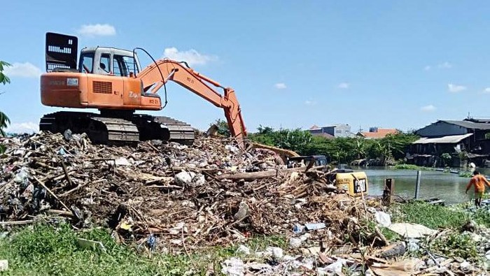 Persoalan sampah yang mencemari sungai atau kali di Surabaya masih menjadi PR. Saban hari ada 40 kubik sampah yang diangkut dari anak Sungai Brantas, yang berada di Surabaya.