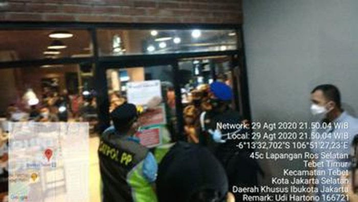 Satpol PP datangi kafe di Tebet (Twitter Satpol PP DKI)