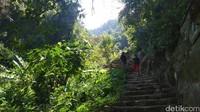 Sepanjang menyusuri anak tangga, traveler akan dihadirkan dengan eksotisme bebatuan besar serta tebing yang tinggi.(Bima Bagaskara/detikcom)