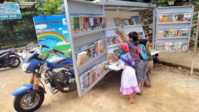 Becak motor ini tidak mengangkut penumpang, melainkan beragam buku bacaan. Perpustakaan keliling itu wara-wiri di Padang untuk tingkatkan minat baca masyarakat.