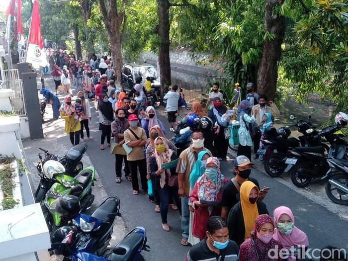 Antrean pemohon Bantuan Presiden (Banpres) Produktif untuk pengusaha mikro di Kabupaten Jombang mengular sekitar 500 meter. Para pemohon pinjaman modal usaha Rp 2,4 juta itu mengabaikan jaga jarak aman di tengah pandemi COVID-19.