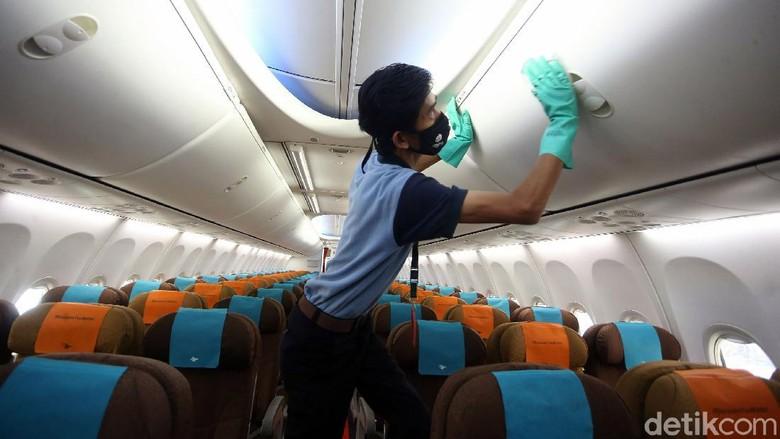 Pesawat Garuda Indonesia rutin dibersihkan dengan disemprot disinfektan. Hal tersebut dilakukan sebagai upaya memutus mata rantai penyebaran COVID-19.