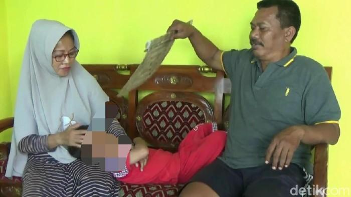 Warga Kecamatan Gending, Kabupaten probolinggo heboh soal seorang bocah yang diaggap telah disunat jin. Alat kelamin bocah tersebut tampak seperti habis disunat, meski belum pernah disunat seperti anak pada umumnya.