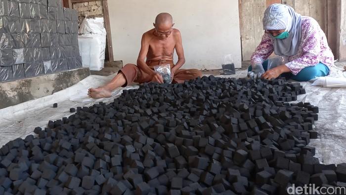 Pemanfaataan arang batok kelapa dilakukan pemuda asal Rawamerta, Karawang. Ia memproduksi briket organik dan mengekspornya ke sejumlah negara Eropa dan Timur Tengah