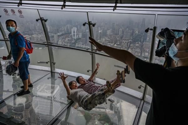 Memandangi keindahan kota dari ketinggian menjadi sensasi yang menyenangkan untuk warga di China.
