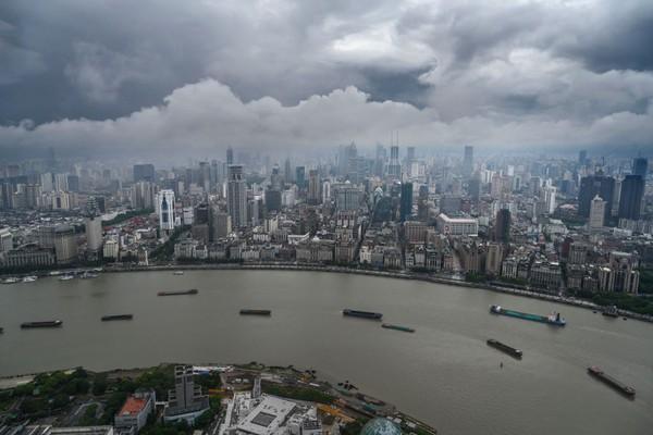 Pemandangan kota Shanghai yang dilihat dari Menara Televisi Oriental Pearl.