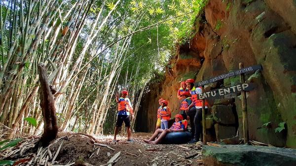 Para pengujung bisa menikmati aneka destinasi wisata di lokasi tersebut. Kalian akan dimanjakan dengan berbagai spot saat menuju Curug Gede Damar Payung. Di antaranya Kedung Ila, Kedung Sapi, Kedung Watang, Situs Batu Entep, Goa Delik, hingga Sendang Khayangan. (Arbi Anugrah/detikcom)