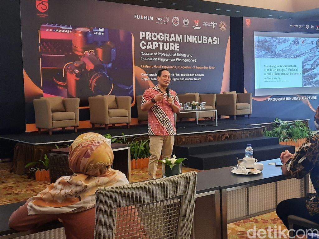 Direktur Industri Kreatif Film, Televisi dan Animasi Kemenparekraf Syaifullah saat memberikan arahan di depan para fotografer di Eastparc Hotel, Sleman, Senin (31/8/2020)