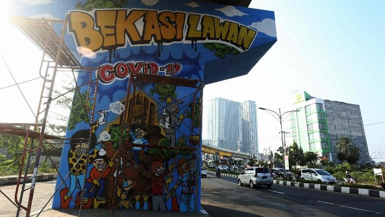 Jalan Layang (Flyover) Rawa Panjang, Kota Bekasi, dihiasi dengan mural COVID-19. Mural ini sebagai bentuk sosialisasi agar warga waspada Corona.