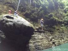 Foto: Berani Lompat dari Atas Batu Payung Pangandaran?