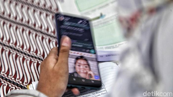 Kampung Internet untuk meringankan siswa mengikuti pelajaran online hadir di RW 02, Kelurahan Galur, Jakarta Pusat. Internet gratis itu bisa diakses di balai RW 02.