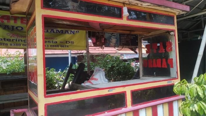 Kondisi gerobak PKL yang dirusak di Kelapa Dua Weta, Jakarta Timur lalu didata oleh TNI AD.