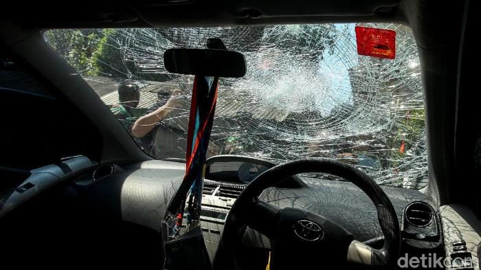Korban perusakan Polsek Ciracas mendatangi Koramil 05/Kramat Jati. Para korban yang terdampak perusakan tersebut diketahui akan mendapatkan ganti rugi.