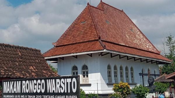 Binatang malam itu tinggal di kayu atap makam utama Ronggowarsito. Padahal ada beberapa bangunan lain, tapi mereka enggan menempati. Biasanya bulan Agustus itu pergi, namun mereka masih betah.