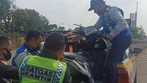 Akhirnya Ditilang, Pemotor Bonceng 3 di Tol Bekasi Timur Kena Pasal Berlapis