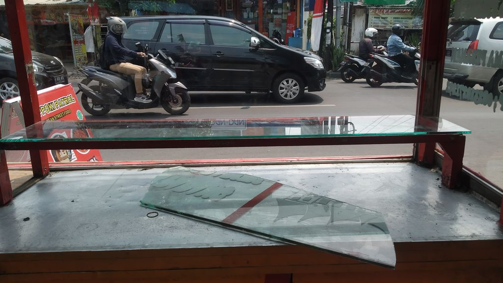 Pedagang kaki lima (PKL) di Arundina, Jalan Raya Kelapa Dua, Jakarta Timur dirusak. Anggota TNI mendatangi lokasi untuk mendata kerusakan. Lokasi PKL jauh dari Polsek Ciracas.