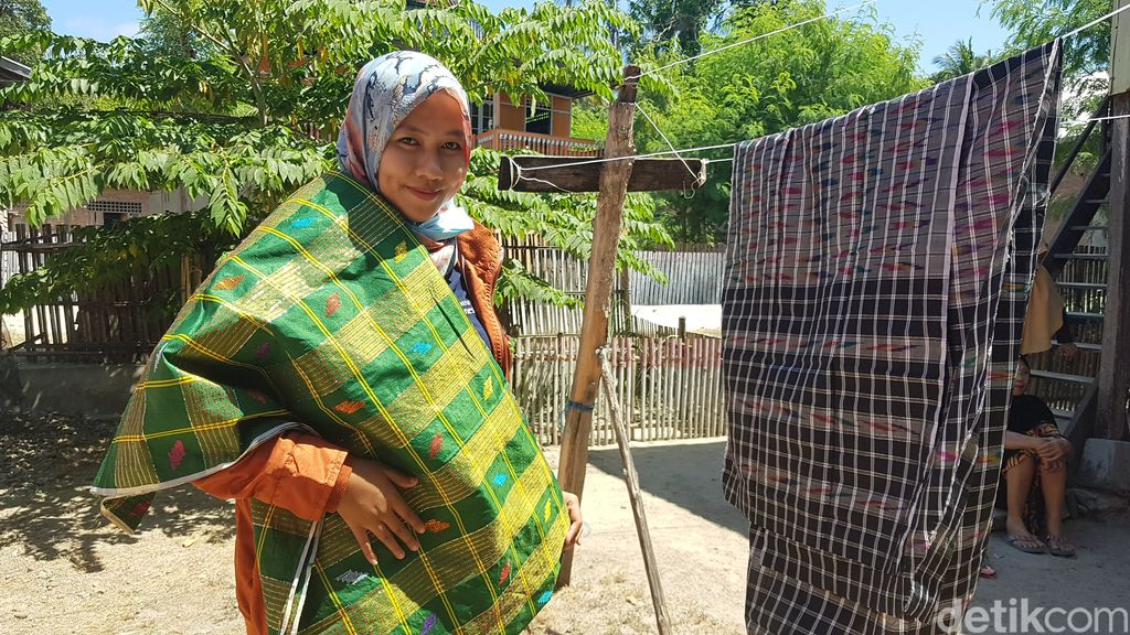 Pembuatan sarung khas Suku Mandar.