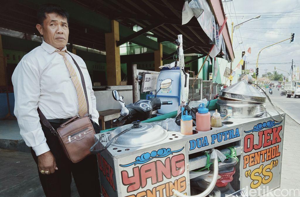 Penjual Bakso Pentol Ini Berpakaian Necis Ala Orang Kantoran