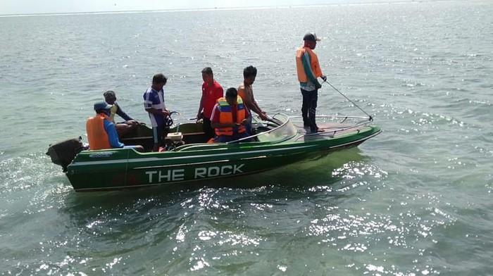 Rabu (26/8), perahu yang membawa 12 penumpang dihantam gelombang. Tiga di antaranya meninggal akibat perahu terbalik.
