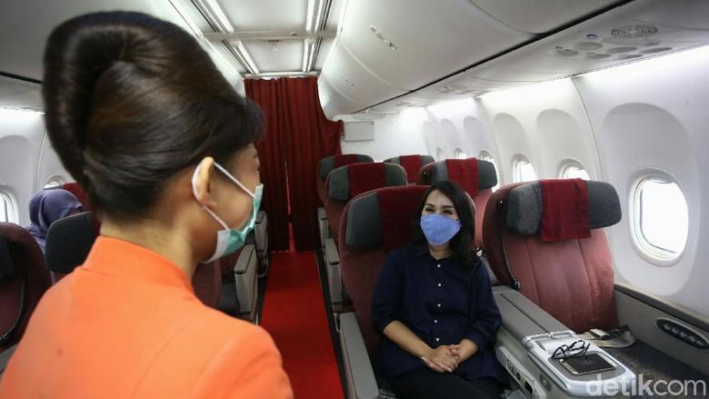 Beginilah potret pramugari Garuda Indonesia saat melayani ditengah pandemi Corona. Tetap menerapkan protokol kesehatan guna kebaikan bersama di era new normal.