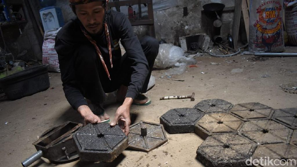 Mantul! Pria Bandung Barat Sulap Sampah Plastik Jadi Paving Block