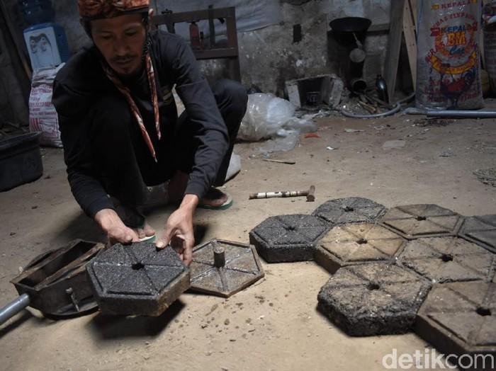 Pria Bandung Barat sulap sampah plastik jadi paving block