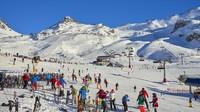 Resort ski tersebut dipercaya menjadi salah satu epicentrum penyebaran virus Corona di benua Eropa. Jika sedang ramai, ada ribuan wisatawan yang main ski di resort tersebut. (Getty Images/annie_zhak)