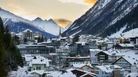 Apalagi saat itu, resort Ischgl tetap buka selama seminggu penuh padahal Islandia sudah memperingatkan Austria tentang adanya bahaya penyebaran Corona di resort ski. Bukanya resort Ischgl di awal masa pandemi diduga hanya demi kepentingan komersial saja. (Getty Images/annie_zhak)
