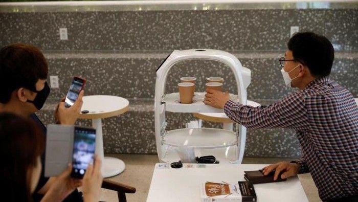 Robot Pelayan Restoran Solusi Efektif Pandemi Corona