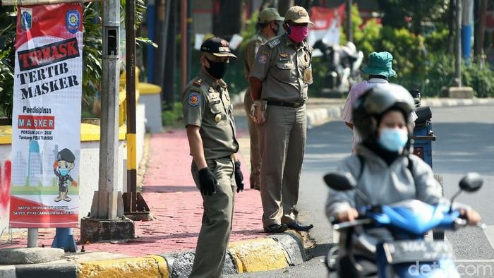 Puluhan petugas Satpol PP menggelar razia masker di jalan Percetakan Negara, Rawasari, Jakarta, Senin(31/08/2020).