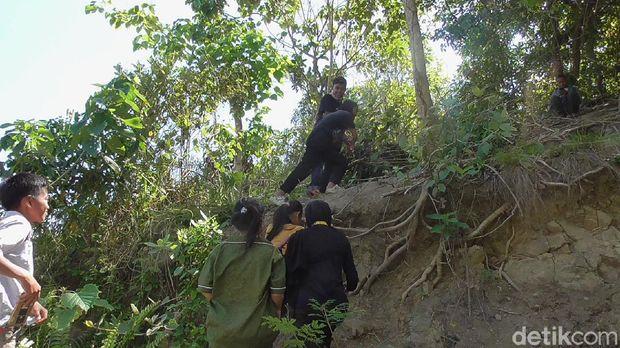 Siswa di Polman, Sulbar ke puncak bukit untuk belajar (Abdy-detikcom).