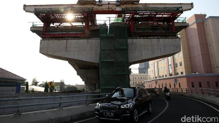 Pembangunan Tol Pulo Gebang-Kelapa Gading terus dikebut pengerjaannya. Para pekerja pun tampak sibuk menyelesaikan proyek jalan tol tersebut.